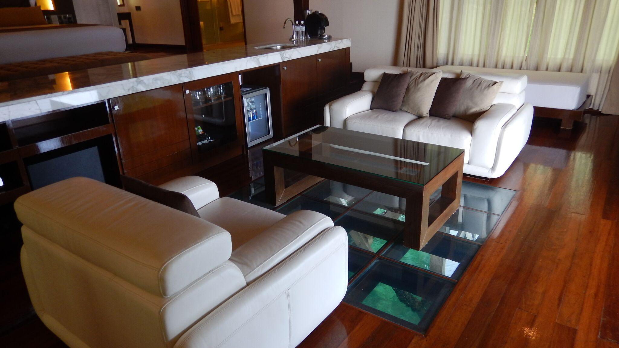 パームヴィラ(夜に床ガラス周りがライトアップされ魚が集まります)