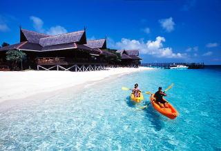 真っ白な砂浜と真っ青な海
